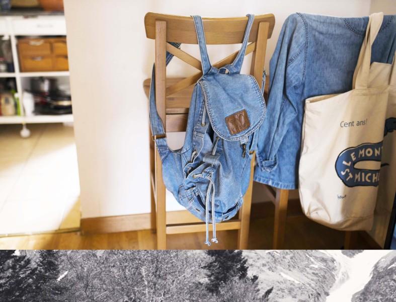 Une chaise avec un sac en jean