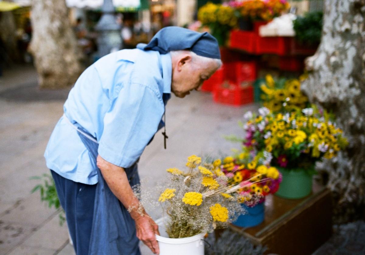 Sœur Berthe Renée sur le marché d'Aix-en-Provence