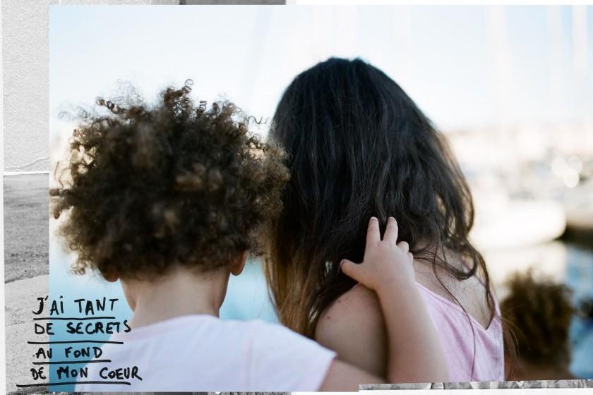 Maman et fille de dos face à la mer