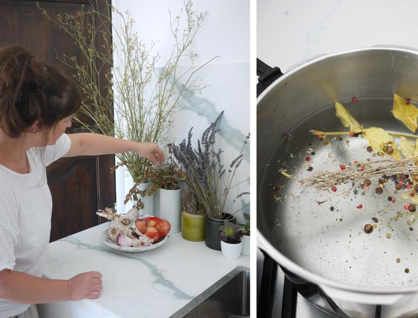 Marie de dos dans sa cuisine, bouillon en cours de préparation