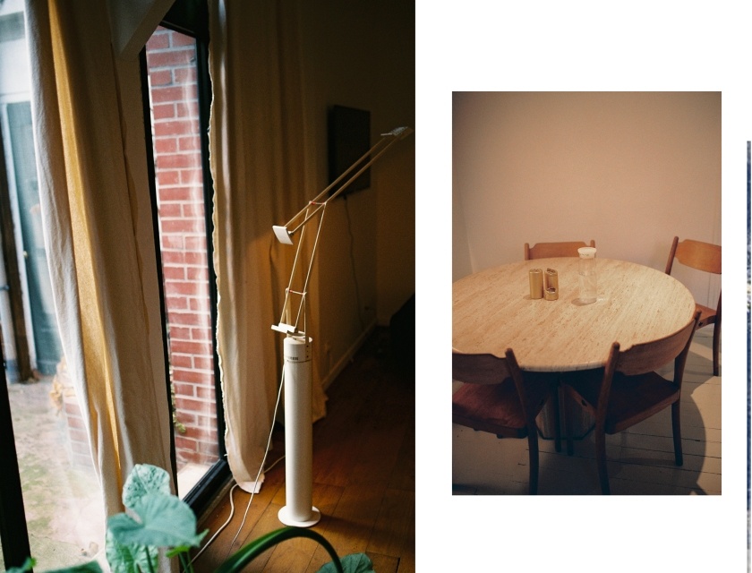 2 images du salon, une lampe et la table