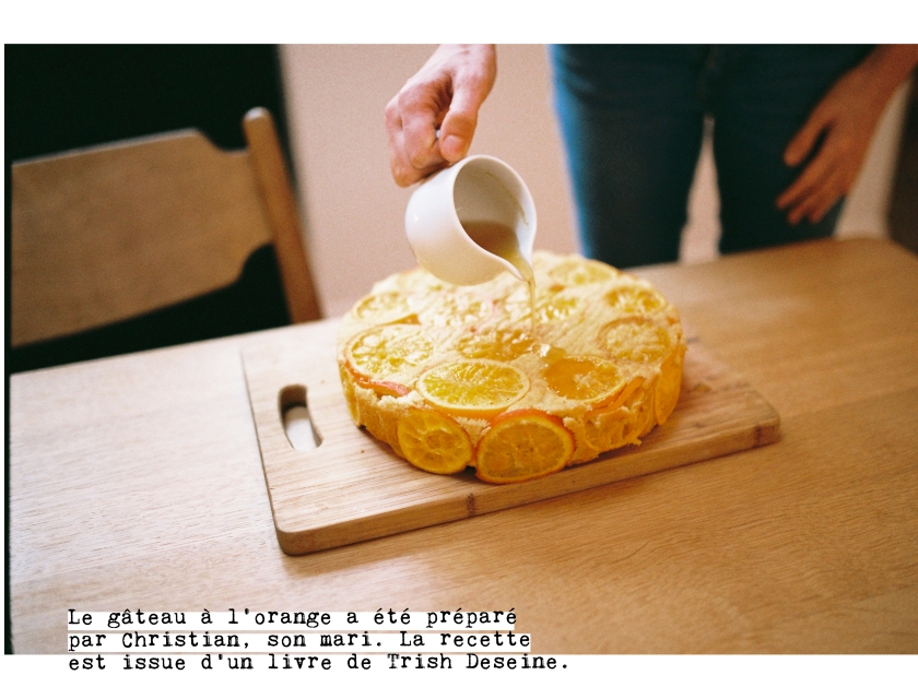 Victoire coule un sirop sur le gâteau à l'orange préparé par Christian