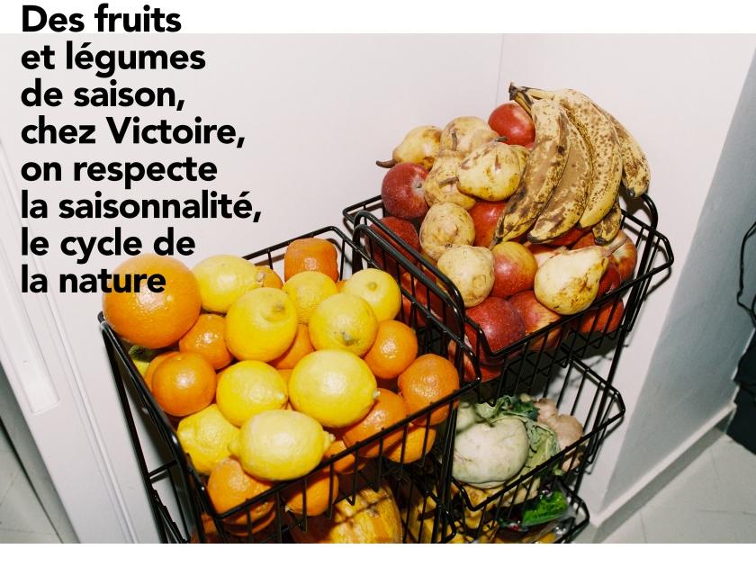 Des paniers débordent de fruits et légumes de saison