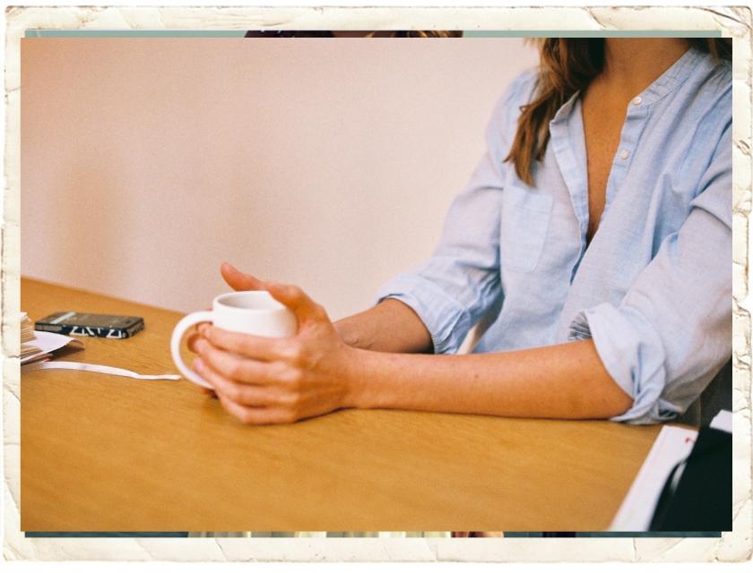La jeune femme assise boit un thé