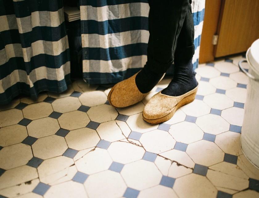 Alison porte des chaussures en liège