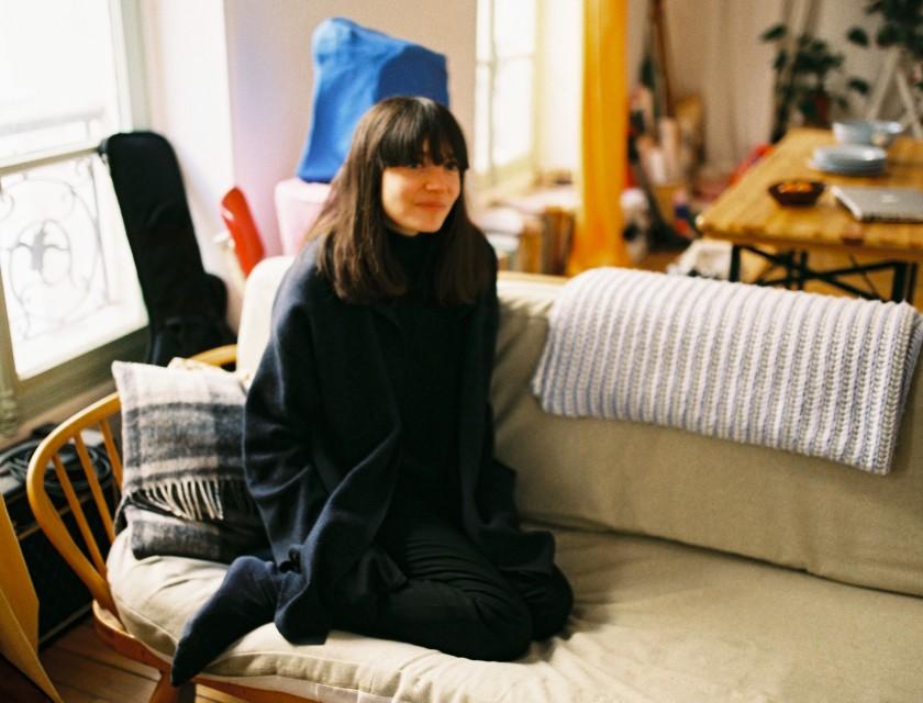 Alison est assise sur son canapé
