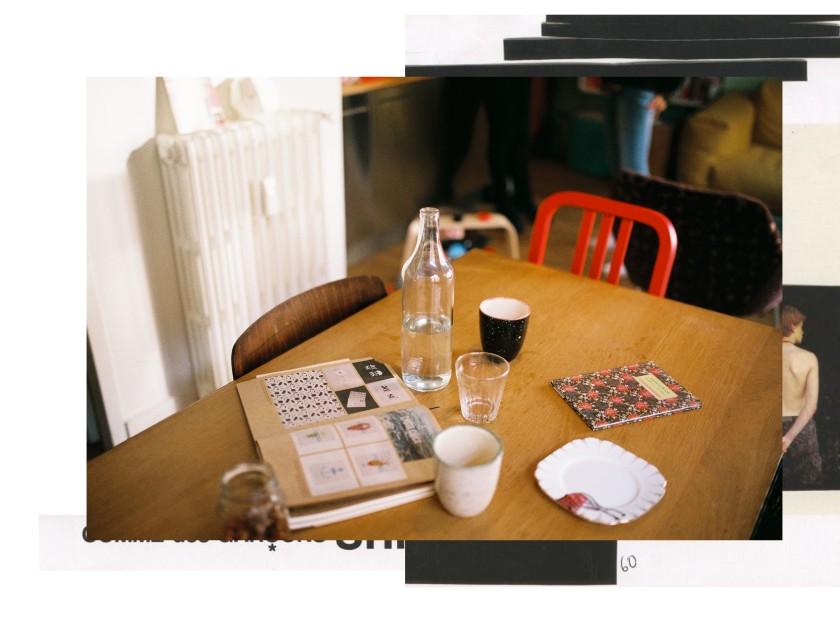 Sur la table de la salle à manger, livres et cahiers